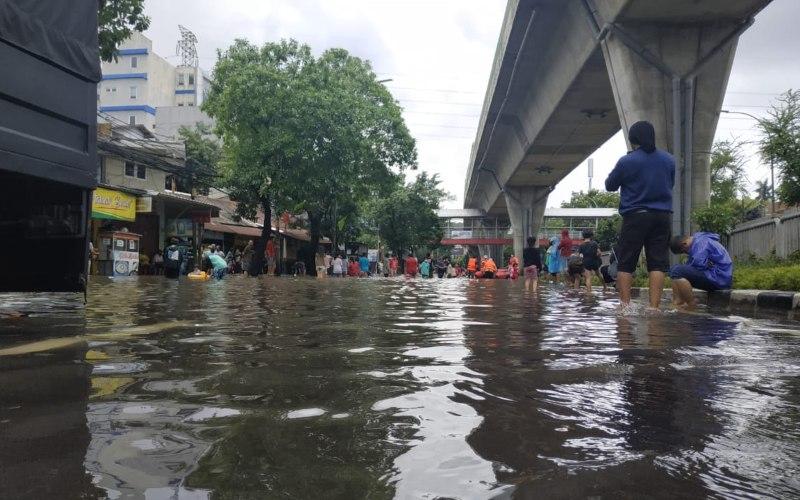 Hujan deras sejak malam menyebabkan banjir di Jl. Kapten Tandean, Mampang Jakarta Selatan, Sabtu (20/2/2021). Sejumlah kawasan lain turut tergenang di sekitar Mampang Prapatan seperti Pasar Mampang hingga Kemang - Bisnis.com/Rayful Mudassir.