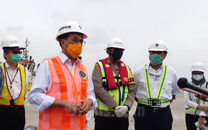 Menteri Perhubungan Budi Karya Sumadi menjawab pertanyaan wartawan usai meninjau uji coba bongkar muat di Pelabuhan Patimban, Kamis (3/12/2020).  - Bisnis/Rinaldi M. Azka