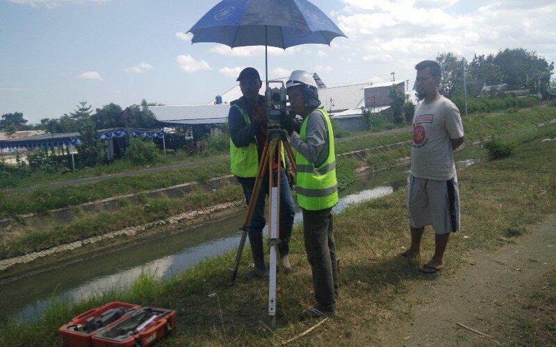 Petugas sedang membuat peta pengukuran area terdampak pembangunan jalan tol di Kadirejo II Purwomartani. - JIBI/Abdul Hamid Razak