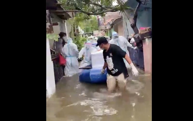 Tangkapan layar dari video evakuasi jenazah yang dilakukanTim Pemulasaran Jenazah Covid-19 Polda Metro Jaya, Sabtu (20/2/2021). Twitter - @DivHumas_Polri.