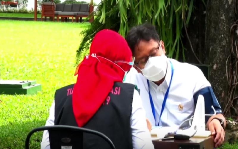 Menteri Kesehatan Budi Gunadi Sadikin mendapat vaksinasi Covid-19 kedua, Rabu (27/1/2021). JIBI - Bisnis/Nancy Junita