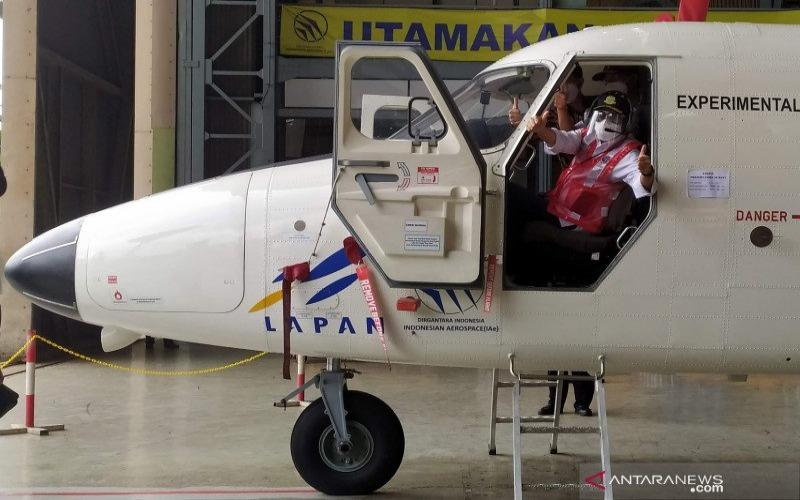 Menteri Perhubungan Budi Karya Sumadi meninjau pesawat N219 buatan PT DI di hangar PT DI, Kota Bandung, Jawa Barat, Jumat (19/2/2021). - ANTARA/Bagus Ahmad Rizaldi