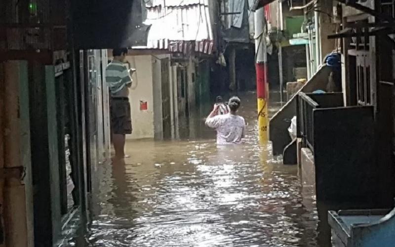 Banjir merendam rumah penduduk di kawasan Kebon Pala, Kampung Melayu, Kecamatan Jatinegara, Jakarta Timur, Jumat (19/2/2021). Banjir terjadi akibat luapan Sungai Ciliwung. - Antara