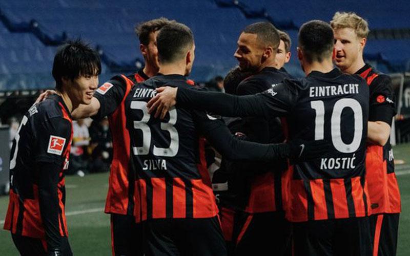 Para pemain Eintracht Frankfurt bersukacita selepas menjebol gawang Bayern Munchen. - Twitter@eintracht_eng