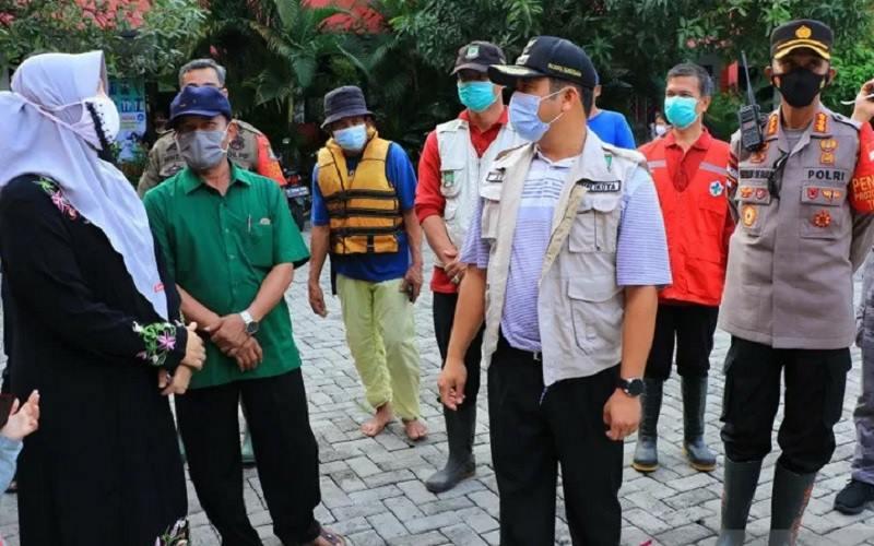 Wali Kota Arief berbincang dengan warga saat meninjau banjir di wilayah Periuk. Dinas Kominfo merilis data sebanyak 6.880 jiwa terdampak banjir. - Antara