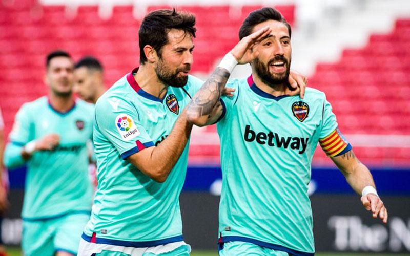 Kapten Levante Jose Luis Morales (kanan) selepas menjebol gawang Atletico Madrid. - Twitter@LevanteUD