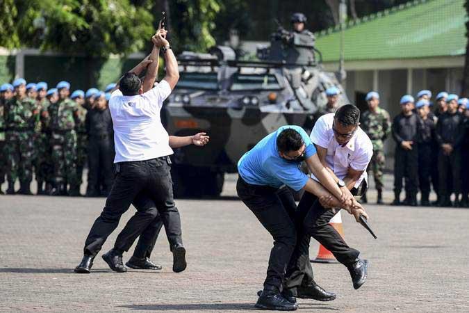 Personel Pasukan Pengamanan Presiden (Paspampres) melakukan demonstrasi pengamanan VVIP saat apel gelar pasukan Satgas Pengamanan Presiden dan Wakil Presiden Terpilih Tahun 2019 di Mako Paspampres, Jakarta, Selasa (14/5/2019). - ANTARA/Hafidz Mubarak A