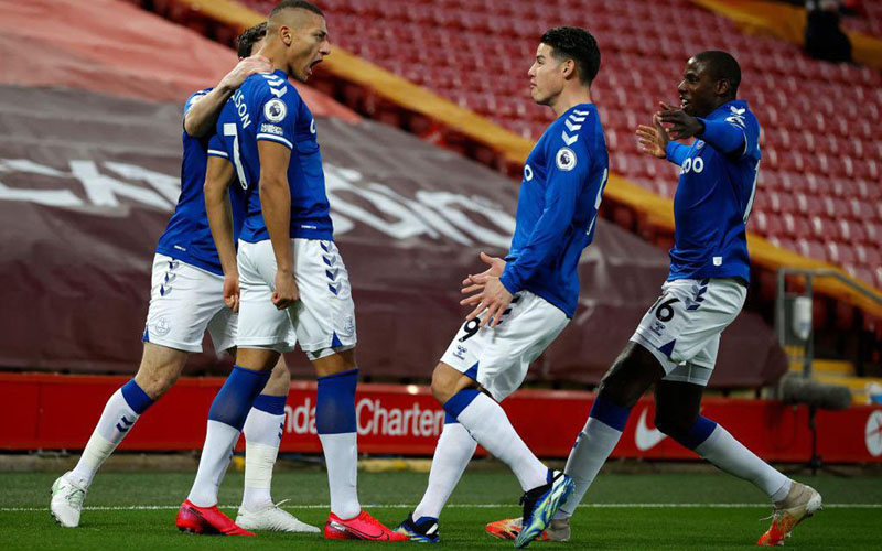 Para pemain Everton merayakan gol yang dicetak Richarlison de Andrade (kedua kiri) ke gawang Liverpool. - Twitter@Everton