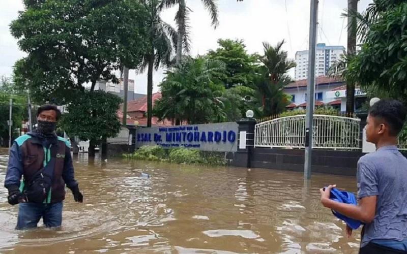 Banjir di depan RSAL Mintoharjo akibat luapan Kali Krukut, Sabtu (20/2/2021). - Antara