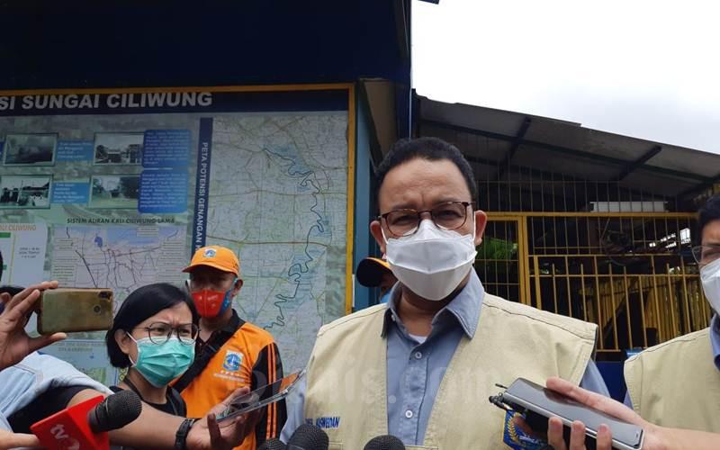 Gubernur DKI Jakarta Anies Baswedan saat mengunjungi Pintu Air Manggarai, Jakarta Pusat, Minggu (21/2/2021). - Bisnis/Nyoman Ary Wahyudi