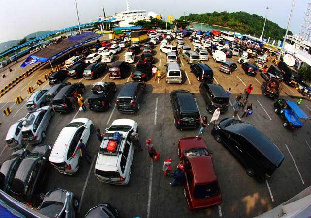 Sejumlah kendaraan pemudik antre masuk kapal roro untuk menyeberang ke Lampung di Pelabuhan Merak, Banten./Antara - Dziki Oktomauliyadi