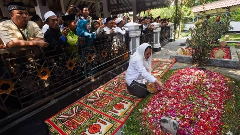 Ilustrasi - Putri keempat PresidenRI keempat almarhum Abdurrahman Wahid, Inayah Wahid menabur bunga ketika berziarah ke makam Gus Dur di Komplek Pemakaman Pondok Pesantren Tebuireng, Jombang, Jawa Timur, Selasa (4/8/2015). - Antara/Zabur Karuru