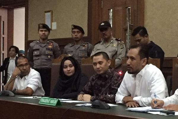 Dua Direktur PT First Anugerah Karya Wisata atau First Travel Andika dan Anniesa di Pengadilan Niaga Jakarta Pusat, Selasa (5/12/2017) -  Deliana Pradhita Sari