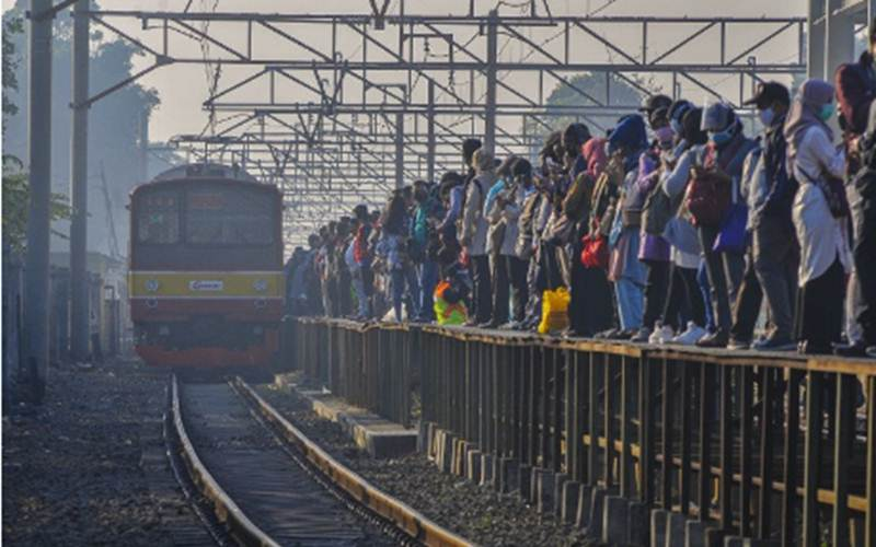 Sejumlah calon penumpang menunggu kedatangan Kereta Rel Listrik (KRL) di Stasiun Tambun, Kabupaten Bekasi, Jawa Barat, Senin (27/7/2020). - ANTARA/Fakhri Hermansyah