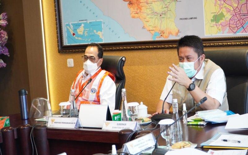 Menteri Perhubungan RI Budi Karya Sumadi (kiri) menyimak pemaparan Gubernur Sumsel Herman Deru (kanan) terkait pembangunan Pelabuhan Tanjung Carat. istimewa
