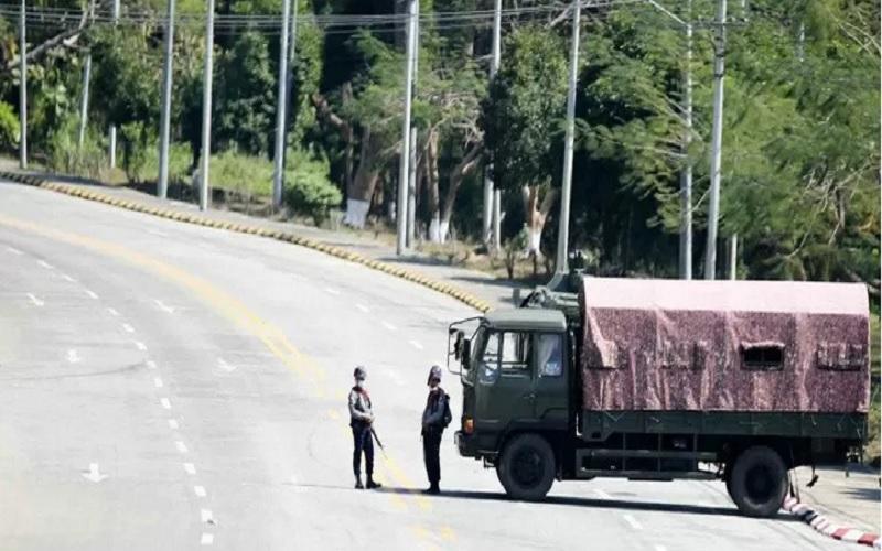 rnPersonel militer berjaga di titik pemeriksaan di jalan yang menuju kompleks gedung Parlemen di Ibu Kota Naypritaw, Myanmar, Senin (1/2/2021). Junta Militer Myanmar yang dipimpin Jenderal Min Aung Hlaing mengumumkan pengambilalihan kekuasaan dan pemberlakuan status darurat nasional selama setidaknya satu tahun. - Antara/Reuters