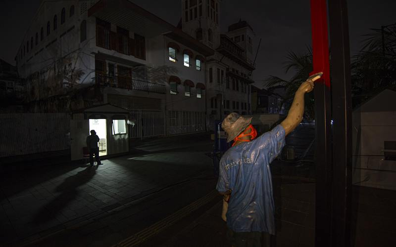 Petugas keamanan berjaga di kawasan Kota Tua yang ditutup karena kebijakan Pemberlakuan Pembatasan Kegiatan Masyarakat (PPKM) di Jakarta, Kamis (21/1/2021). Setelah diberlakukan mulai tanggal 11 hingga 25 Januari 2021, pemerintah memperpanjang PPKM selama dua pekan dari 26 Januari hingga 8 Februari 2021 di Jawa-Bali untuk mencegah penyebaran Covid-19 - Antara