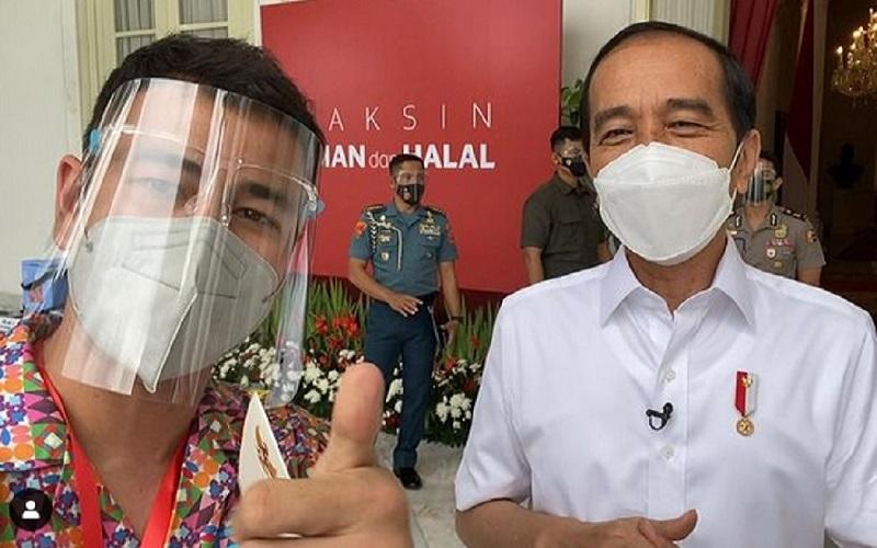 Selebritas Raffi Ahmad dan Presiden Joko Widodo menerima vaksinasi Covid-19 pada tahap pertama pada 13 Januari 2021./JIBI/Bisnis - Twitter@raffinagita1717