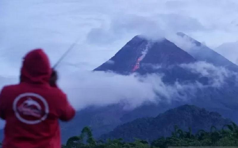 Petugas mengamati guguran lava pijar Gunung Merapi di Wonorejo, Hargobinangun, Pakem, Sleman, DI Yogyakarta, Senin (18/1/2021). - Antara