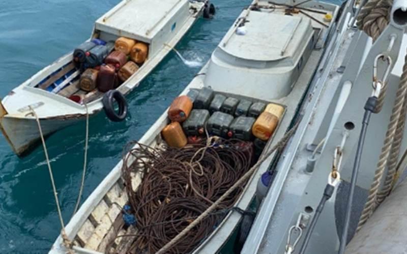 Pasukan patroli keamanan laut TNI Angkatan Laut KRI Siwar-646 mengamankan lima orang pelaku pencurian di atas Kapal Tongkang Linau 133 (TK Linau 133) yang ditarik Tug Boat TB Danum 50 berbendera Malaysia, Minggu (21/2/2021). - Antara/Dok TNI AL