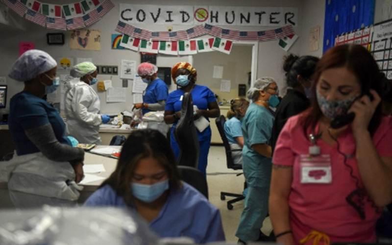 Tenaga kesehatan bekerja di dalam unit penanganan penyakit virus Corona (CovidD-19) di United Memorial Medical Center saat Amerika Serikat hampir mencapai angka 300.000 kematian, di Houston, Texas, Amerika Serikat, Sabtu (12/12/2020). Foto diambil tanggal 12 Desember 2020./Antara - Reuters/Callaghan O\'Hare\r\n\r\n