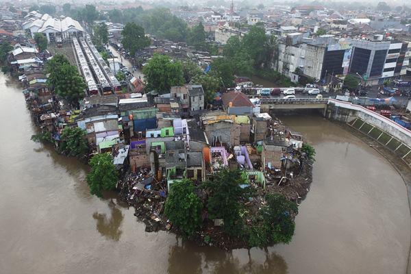 Foto aerial permukiman warga di pinggir Kali Ciliwung, Bukit Duri, Jakarta, Minggu (18/9). - Antara