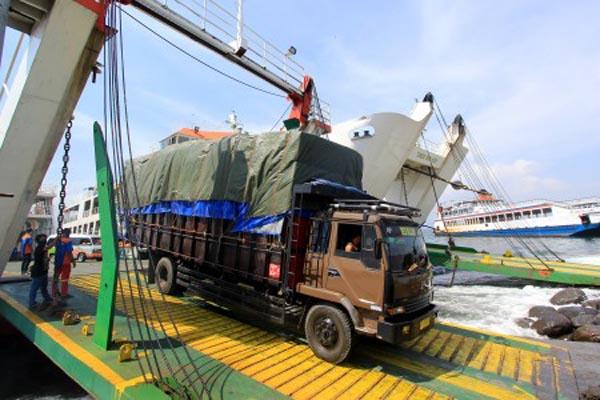 Sejumlah truk antre di Pelabuhan Ketapang, Banyuwangi, Jawa Timur, yang akan berangkat menuju Pelabuhan Gilimanuk di Bali. - Antara/Budi Candra Setya
