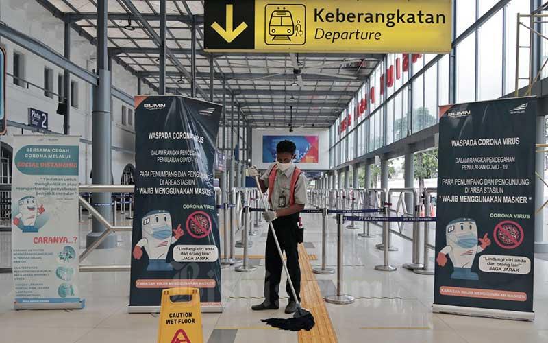 Pekerja membersihkan area Stasiun Pasar Senen, Jakarta, Jumat (24/4/2020). Bisnis - Eusebio Chrysnamurti