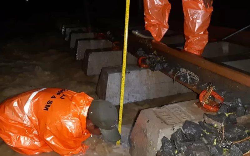 Ilustrasi. Petugas mengecek kondisi rel di jalur rel antara Stasiun Brumbung dan Tanggung, Kabupaten Grobogan, Minggu, yang terendam air menyusul hujan deras. ANTARA -  HO/Humas KAI Daop 4 Semarang.