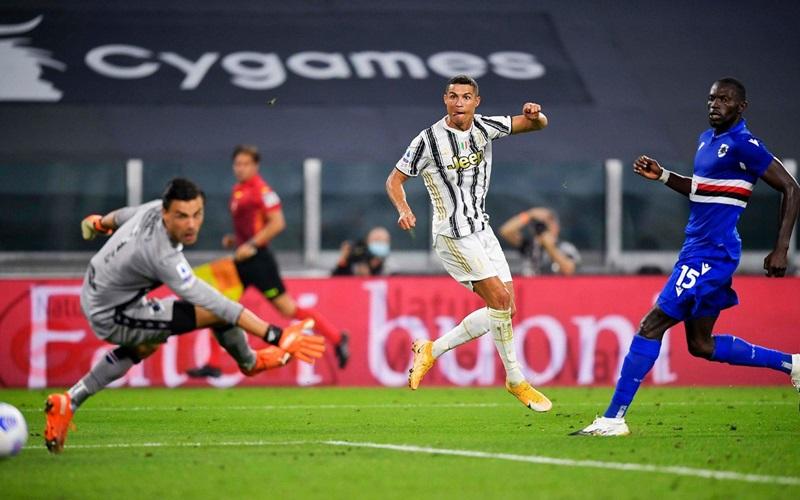 Striker Juventus, Cristiano Ronaldo (Tengah) - juventus