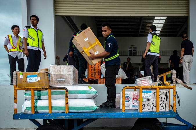 Ilustrasi. Petugas beraktivitas di Terminal Kargo dan Pos Bandara Jenderal Ahmad Yani yang berada di lokasi baru seusai diresmikan, di Semarang, Jawa Tengah, Rabu (23/1/2019). - ANTARA/Aji Styawan