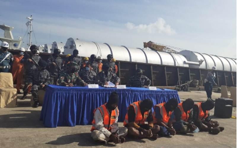 Komandan Gugus Keamanan Laut Koarmada I Laksanama Yayan Sofyan saat memberikan keterangan pers terkait pencurian di laut, Senin. - Antara/Naim