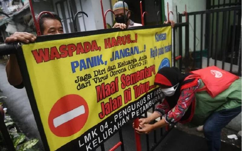 Warga menutup jalan saat simulasi pelaksanaan Pembatasan Sosial Berskala Lokal (PSBL) di RT 05 RW 04, Petamburan, yang merupakan wilayah zona merah Covid-19 di Jakarta, Rabu (3/6/2020). - Antara\r\n