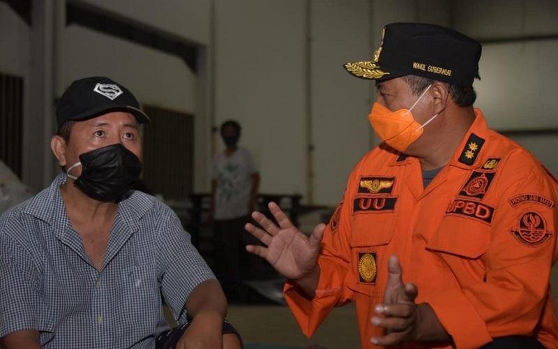 Wakil Gubernur Jawa Barat Uu Ruzhanul Ulum (kanan) berbincang dengan warga terdampak banjir di Bekasi - Istimewa
