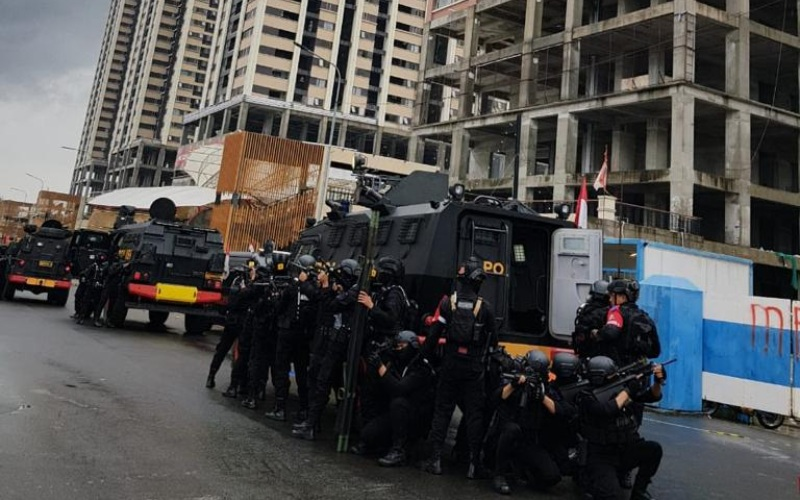 Pasukan Gegana Brimob menggelar latihan skala besar di Distrik 1 Meikarta, Cikarang. - Meikarta