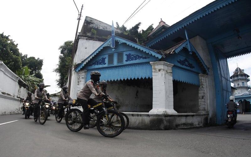 Sejumlah polisi berpatroli melintasi kawasan Keraton Kasunanan Surakarta Hadiningrat, Solo Jawa Tengah, Kamis (4/2/2021). - Antara/Maulana Surya.