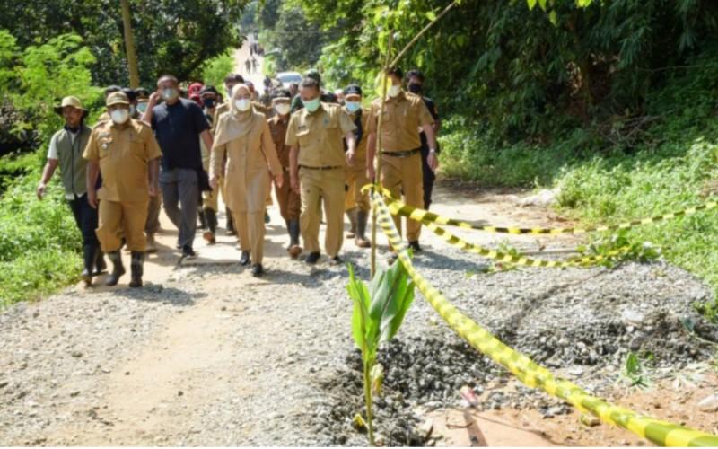 Bupati Purwakarta Anne Ratna Mustika saat mengecek pergerakan tanah di jalur Lingkar Barat - Bisnis/Asep Mulyana