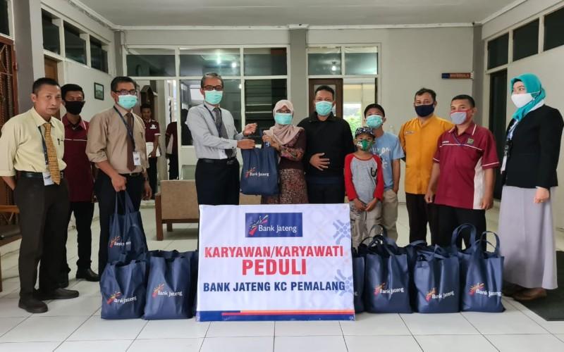Bank Jateng Cabang Pemalang membagikan sembako kepada warga yang pendapatannya menurun karena terdampak pandemi Covid/19.