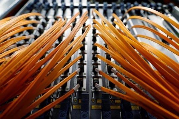 Ilustrasi kabel serat optik - Reuters/Alessandro Bianchi