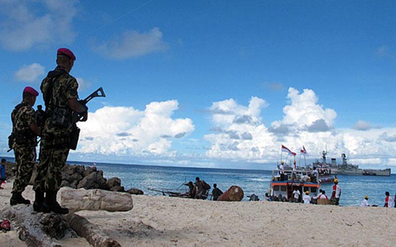 Prajurit Korps Marinir melakukan patroli di Pulau Miangas, Kabupaten Kepulauan Talaud, Sulawesi Utara. Miangas merupakan pulau terdepan bagian utara Indonesia yang dijaga 10 prajurit marinir dan merupakan salah satu dari 92 pulau terdepan Indonesia yang berbatasan dengan negara tetangga./Antara - Monalisa Jingga