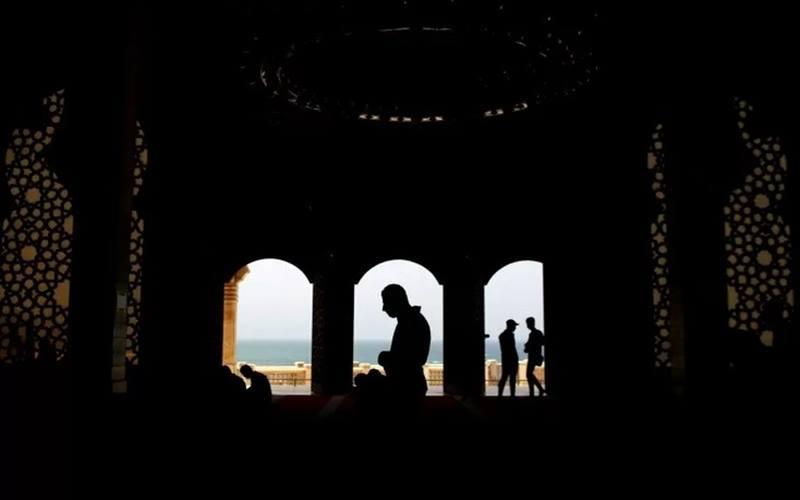 Warga Palestina menunaikan salat Jumat di sebuah masjid di tempat suci yang dibuka kembali bagi umat muslim di tengah kekhawatiran akan penyebaran Covid-19, di bagian utara Jalur Gaza, Jumat (22/5/2020). - Antara/Reuters
