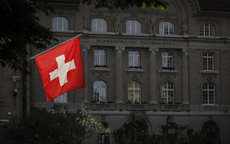 Bendera nasional Swiss di Bern -  Bloomberg / Stefan Wermuth