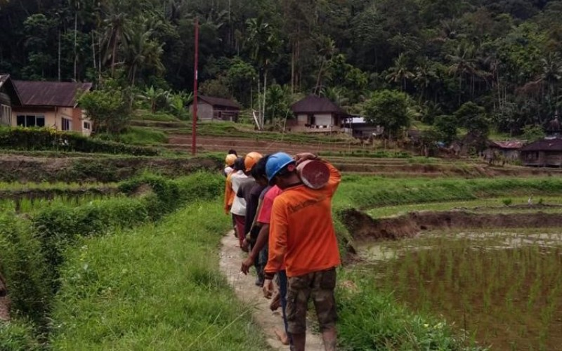 Para pekerja tengah mengangkut tiang listrik di salah satu desa di Provinsi Sumatra Barat.  - Istimewa