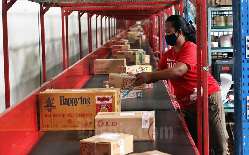 Aktivitas pekerja di Warehouse JD.ID Marunda, Bekasi, Jawa Barat, Jumat (11/12/2020). Bisnis - Eusebio Chrysnamurti
