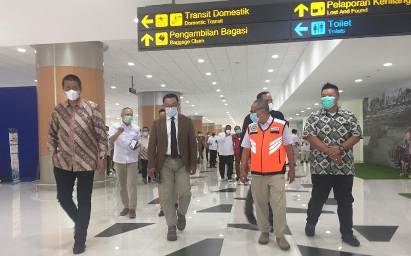 Direktur Utama PT Garuda Indonesia Irfan Setiaputra (kiri) bersama Gubernur Jawa Barat Ridwan Kamil dan Direktur Utama PT BIJB Salahudin Rafi saat berkeliling di area Bandara Kertajati, Selasa (23/2/2021) - Bisnis/Wisnu Wage.