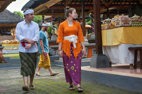 Wisatawan mancanegara mengenakan pakaian adat ketika melihat perayaan Hari Raya Galungan di Pura Dalem Peliatan, Ubud, Bali, Rabu (5/4). - Antara/Nyoman Budhiana