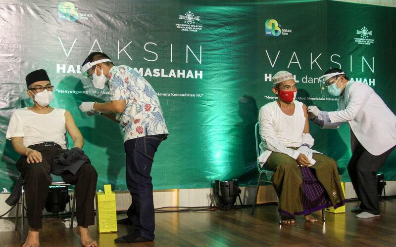 Petugas kesehatan menyuntikan vaksin Covid-19 kepada tokoh agama di kantor Pengurus Wilayah Nahdlatul Ulama (PWNU) Jatim di Surabaya, Jawa Timur, Selasa (23/2/2021). Vaksinasi yang diikuti 98 kiai dan tokoh Nahdlatul Ulama (NU) tersebut bertujuan untuk pencegahan Covid-19 di kalangan ulama dan pesantren di Jawa Timur dan sosialisasi kepada masyarakat bahwa vaksin halal dan maslahah. - Antara/Umarul Faruq.