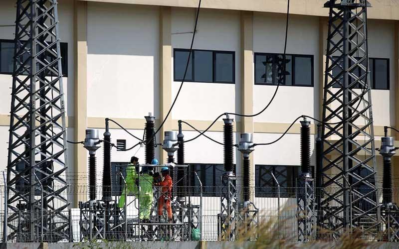 Teknisi PT PLN (Persero) melakukan pengerjaan pemeliharaan jaringan listrik di Gardu Induk 150KV GIS Gedebage, Bandung, Jawa Barat.  - Rachman