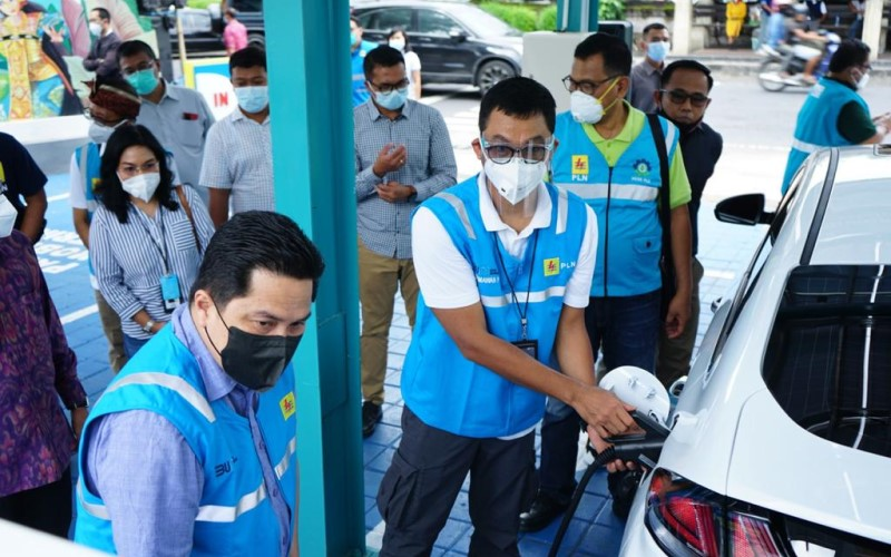 Menteri BUMN Erick Thohir di Bali meninjau SPKLU PLN untuk pengisian energi mobil listrik. - Istimewa