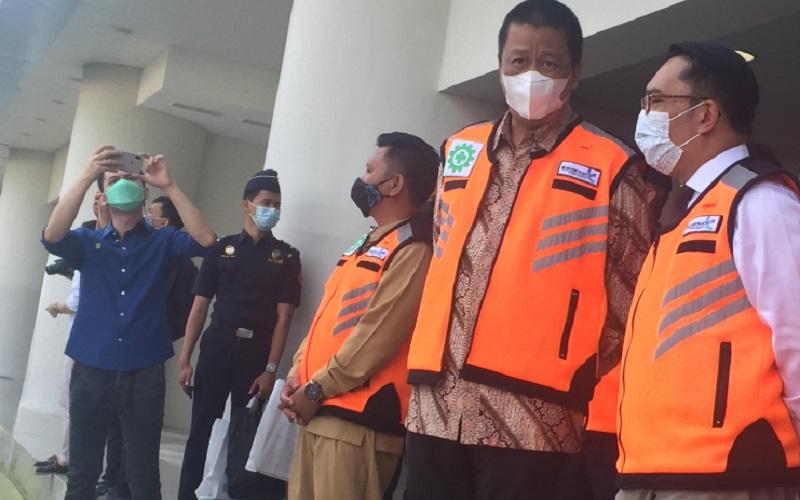 Gubernur Jawa Barat Ridwan Kamil (kanan) bersama Direktur Utama PT Garuda Indonesia Irfan Setiaputra (kedua kanan) di Bandara Kertajati Majalengka - Bisnis/Wisnu Wage